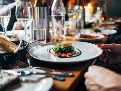 結婚式に出席するのはお酒と食事を楽しむ為!!アラサー女性の本音暴露します!