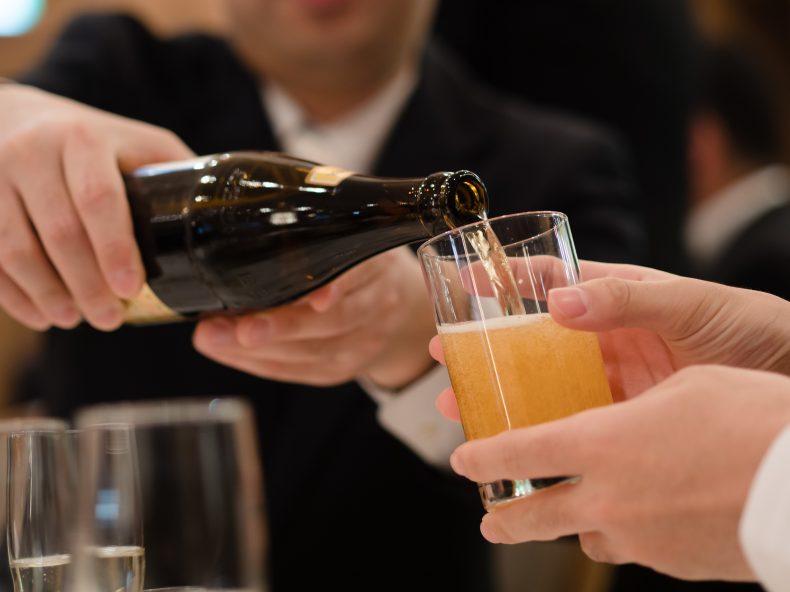 結婚式でお酒をつぐのはNG!?恥をかかない挨拶まわりの方法!