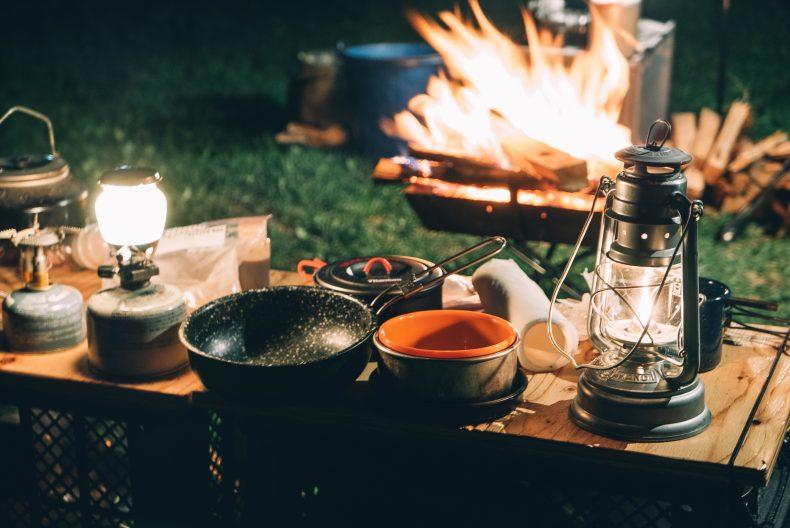 キャンプで酒って最高かよ!持っておきたいグッズとおすすめおつまみ!
