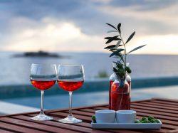 バーでもう迷わない!リキュールとワインの違いとおいしさアップ法